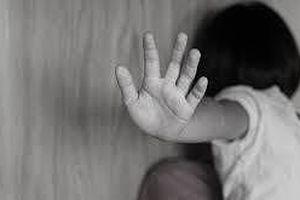 Bé gái 10 tuổi bị người phát bánh mì ôm hôn ở trường