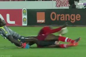 Trọng tài bật khóc khi chứng kiến thủ môn gãy gập chân ở cúp châu Phi