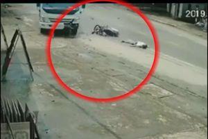 Xe máy lấn làn đâm trực diện xe tải, trượt dài 10 m trên đường