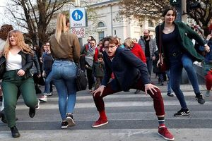 Hàng trăm người diễu hành một cách kỳ quặc ở Hungary