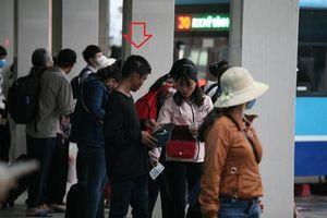'Cái bang' lẽo đẽo theo hành khách xin tiền ở bến xe sau dịp nghỉ Giỗ Tổ