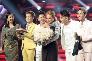 Thanh Hà rớt nước mắt đón sinh nhật tuổi 50 trong đêm mở màn 'The Voice'