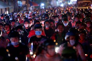Trời nóng, người dân ùn ùn trở lại Sài Gòn trong đêm sau kỳ nghỉ Giỗ tổ