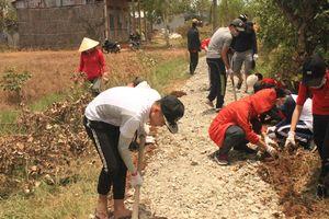 Sinh viên trường Y làm đường giúp dân, tạo sân chơi bảo vệ môi trường cho trẻ
