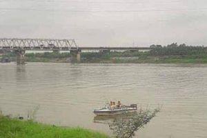 Nữ sinh nhảy sông Đuống tự tử, hai nam thanh niên lao theo cứu