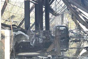 Hiện trường tan hoang bên trong gara ôtô bị thiêu rụi ở TP.HCM