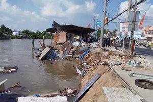 Cần Thơ: Sạt lở nhấn chìm 4 căn nhà và 80 tấn gạo