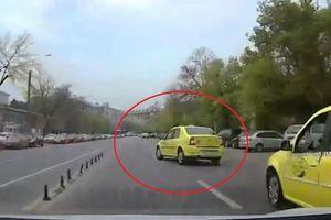 Rẽ không quan sát, taxi bị ôtô phía sau đâm cực mạnh