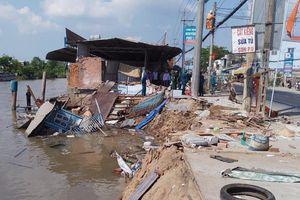 4 căn nhà bị trôi xuống sông lúc giữa trưa