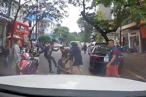 Va chạm giao thông, hai tài xế đánh nhau giữa đường