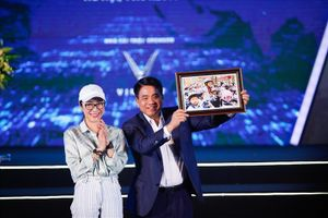 Dương Tử Quỳnh trao mũ bảo hiểm cho học sinh – sinh viên tại Hà Nội