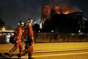 Lính cứu hỏa Pháp cứu được nhiều kho báu trong vụ cháy Nhà thờ Đức Bà
