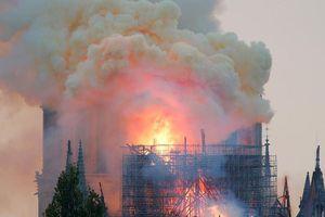 Mái và tháp chuông Nhà thờ Đức bà Paris đổ sập trong lửa đỏ
