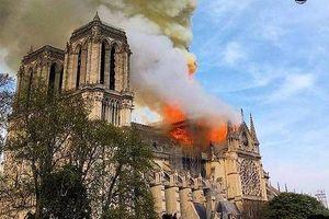 'Nhìn ngọn lửa cháy đùng đùng...không tin nổi Nhà thờ Đức Bà Paris bị cháy'