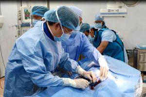 Bệnh viện quận đầu tiên ở Việt Nam đặt được stent graft