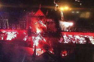 Lửa bốc cháy dữ dội thiêu rụi tháp nhà thờ Đức Bà ở Paris