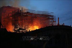YouTube vô tình gắn hình ảnh cháy Nhà thờ Đức Bà Paris với vụ máy bay lao vào tòa tháp đôi Mỹ năm 2001