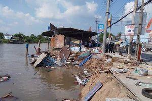 Lưu thông qua khu vực sạt lở, ghe chở 80 tấn gạo bị chìm
