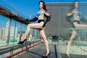 Diễn ở bể bơi xưa rồi, giờ đây Phương Khánh mặc áo tắm lên nóc nhà cao tầng pose dáng 'điên đảo'