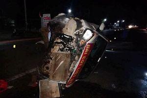 Va chạm với xe đầu kéo, xe con chở 5 người đi nhận hài cốt liệt sĩ bị đâm biến dạng