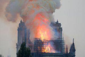 Cháy lớn Nhà thờ Đức Bà Paris: Sập đỉnh tháp, phần mái vòm bị thiêu rụi