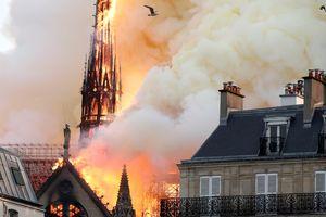 Tin ảnh: Biểu tượng lịch sử Paris chìm trong biển lửa
