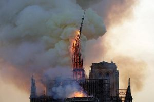Khoảnh khắc tháp chuông nhà thờ Đức Bà Paris sụp đổ vì hỏa hoạn