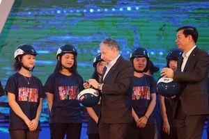 Công ty tổ chức đua F1 Việt Nam tặng 10.000 mũ bảo hiểm cho học sinh, sinh viên