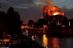 Nhà thờ Đức Bà Paris bị thiêu rụi