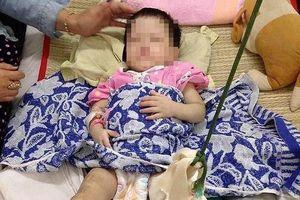Bé gái bị mẹ nuôi đánh gãy chân: Nụ cười bé thơ và nỗi xót xa