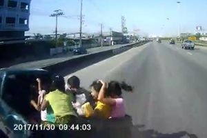 Ngồi trên thùng xe bán tải, hành khách văng ra ngoài sau va chạm