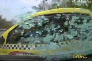 Thiếu quan sát khi rẽ, taxi bị ôtô phía sau đâm cực mạnh