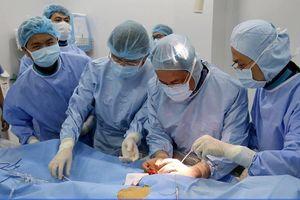 Lần đầu tiên BV quận điều trị thành công phình động mạch chủ bằng đặt stent Graft