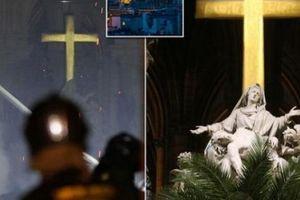 Cây thánh giá Nhà thờ Đức Bà không bị cháy và những 'phép lạ' sau thảm họa