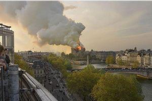 Lửa nuốt chửng Nhà thờ Đức Bà Paris: Nhiều trái tim vỡ vụn