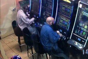 Gã đàn ông táo tợn lấy trộm hàng ngàn đô từ máy đánh bạc