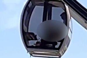 Nghĩ làm 'chuyện ấy' trên chiếc đu quay sẽ kín đáo, cặp nam nữ khiến người phía dưới đỏ mặt khi nhìn hình ảnh qua cửa kính
