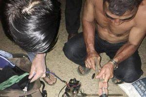 Quảng Nam: Mang súng điện đi trộm chó trong đêm, bị người dân vây bắt
