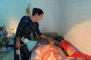 Nghệ sĩ Lê Bình đã tỉnh nhưng còn yếu, không thể mở được mắt