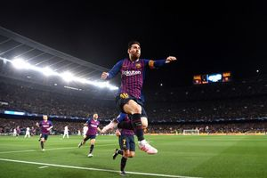 Chỉ cần đi bộ, Lionel Messi cũng khiến hàng thủ MU khốn khổ