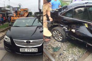 Barie không hạ khi tàu đến, ô tô Camry lao từ ngõ ra bị húc văng hàng chục mét
