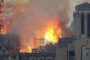 Nhà thờ Đức Bà Paris chìm trong biển lửa, dân mạng bàng hoàng chia sẻ những bức tranh chan chứa tình cảm cầu nguyện cho Paris