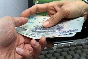 Bắt phó trưởng công an xã nhận tiền của con bạc
