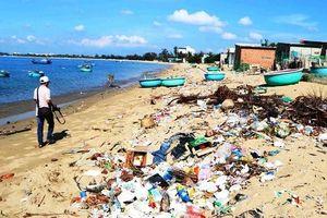 Rác thải tràn lan bãi biển Ninh Thuận