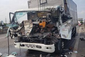 Tông vào đuôi xe tải cẩu, 2 tài xế tử vong, 1 phụ xe bị thương