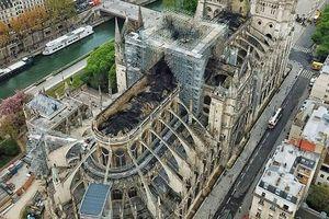 Nhà thờ Đức Bà Paris tan hoang nhìn từ trên cao