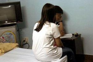 Người bị 'tố' trong nhà nghỉ với nữ giáo viên: Lên cơn sốt, cô bảo tôi cởi quần áo ôm cho khỏi rét