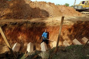 Malaysia điều tra công khai vụ phát hiện 139 mộ tập thể và trại buôn người