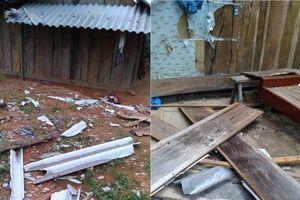 Lốc xoáy tàn phá hàng chục ngôi nhà gỗ của bà con xã biên giới