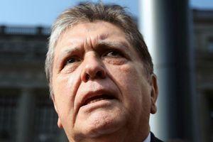 Cựu Tổng thống Peru tự sát bằng cách bắn vào đầu khi cảnh sát ập đến bắt ông